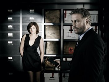 William Petersen e Jorja Fox in un'immagine promozionale per la serie tv CSI: Crime Scene Investigation