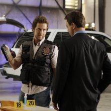 Gary Sinise, di spalle, insieme a A.J. Buckley nell'episodio 'Turbulence' della serie CSI New York