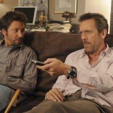 Hugh Laurie insieme a Michael Weston nell'episodio 'Adverse Events' della serie  tv Dr House