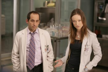 Olivia Wilde insieme a Peter Jacobson nell'episodio 'Adverse Events' della serie tv Dr House