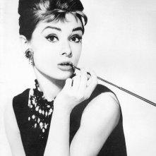 Audrey Hepburn in una celebre immagine promozionale per Colazione da Tiffany