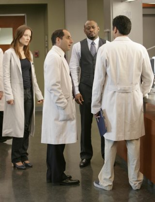 Kal Penn, Peter Jacobson, Omar Epps e Olivia Wilde in una scena dell'episodio Dying Changes Everything di House MD