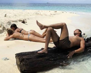 Isola dei Famosi 6: il 'tronista' Giuseppe Lago e sullo sfondo Veridiana Mallmann e Belen Rodriguez