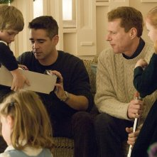 Colin Farrell e Noah Emmerich con i piccoli Ty e Ryan Simpkins in una scena del film Pride and Glory