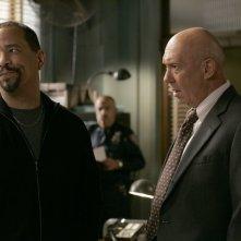 Ice-T e Dann Florek  nell'episodio 'Trials' della decima stagione di Law & Order: SVU
