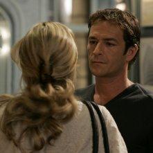 Luke Perry in una scena dell'episodio 'Trials' della serie Law & Order: SVU