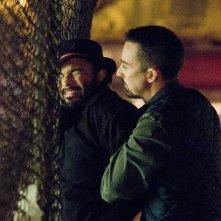 Maximiliano Hernandez ed Edward Norton in una scena del film Pride and Glory