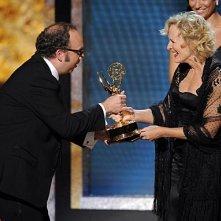 Paul Giamatti premia Glenn Close  per la sua interpretazione in Damages alla 60° edizione degli Emmy Awards (2008)