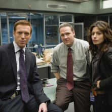 Sarah Shahi insieme a Damian Lewis e Donal Logue nell'episodio 'Everything All The Time' della serie tv Life
