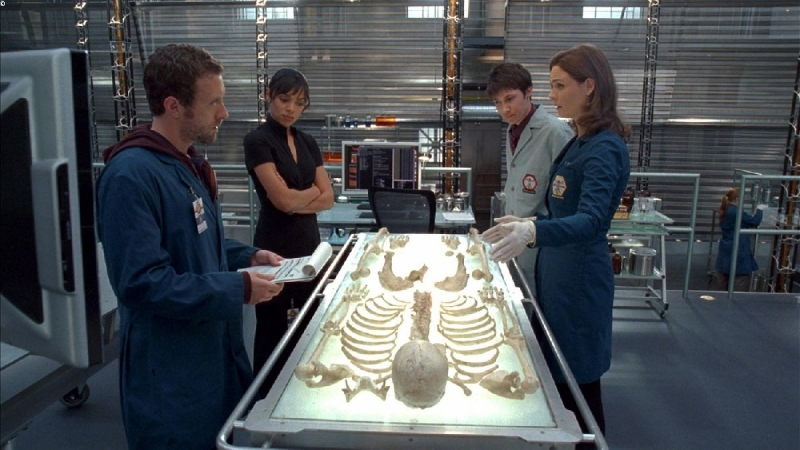Tamara Taylor, T.J. Thyne e  Emily Deschanel in una scena dell'episodio 'The He in the She' della serie Bones