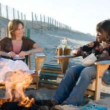 Diane Lane e Viola Davis in una scena del film Nights in Rodanthe