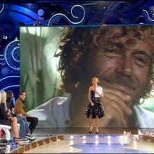 Isola dei Famosi 6: Simona Ventura è la conduttrice del reality di RaiDue. Sullo schermo, alle sue spalle, l'attore Massimo Ciavarro