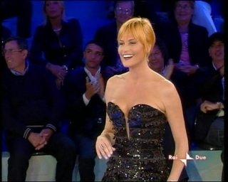 Isola dei Famosi 6: Simona Ventura, vestita da Armani, conduce la sesta edizione del reality