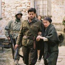 Derek Luke, Pierfrancesco Favino e Lidia Biondi in una scena del film Miracolo a Sant'Anna