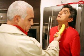 Giorgio Panariello minaccia Vincenzo Salemme con una banana in una scena del film No Problem