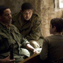 Laz Alonso, Omar Benson Miller e Matteo Sciabordi in una scena del film Miracolo a Sant'Anna