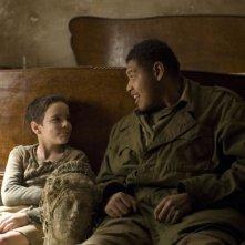 Matteo Sciabordi e Omar Benson Miller in una scena del film Miracolo a S. Anna