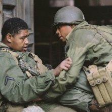 Omar Benson Miller e Michael Ealy in una scena del film Miracolo a Sant'Anna