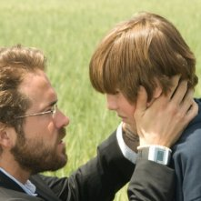 yan Reynolds e Cayden Boyd in una scena del film Un segreto tra di noi - Fireflies in the Garden