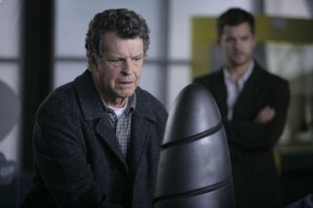 John Noble e Joshua Jackson in una scena dell'episodio The Arrival di Fringe