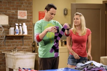 Sheldon (Jim Parsons  ) e Penny (Kaley Cuoco) in una delle scene dell'episodio The Bad Fish Paradigm (Big Bang Theory, stagione 2)