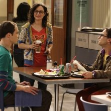 Sheldon (Jim Parsons), Leonard (Johnny Galecki) e Leslie Winkle (Sara Gilbert) in una scena dell'episodio The Codpiece Topology (The Big Bang Theory, stagione 2)