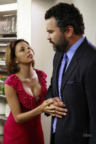 Eva Longoria insieme a Ricardo Chavira nell'episodio 'We're So Happy, You're So Happy' della serie Desperate Housewives
