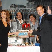 Gary Sinise e Melina Kanakaredes festeggiano insieme al cast il 100esimo episodio della serie CSI NY