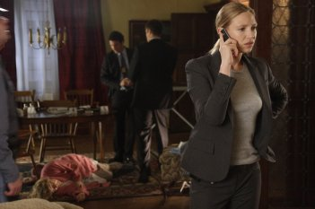 Anna Torv sulla scena del crimine nell'episodio Power Hungry di Fringe