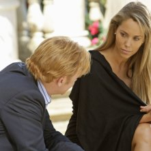 Elizabeth Berkley e, di spalle, David Caruso in una scena dell'episodio 'Bombshell' della serie tv CSI Miami