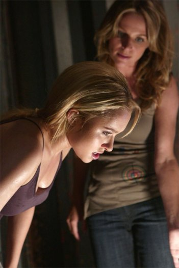 Hayden Panettiere e Jessalyn Gilsig in una scena dell'episodio One of Us, One of Them di Heroes