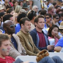 Jonny Lee Miller e Matt Letscher tra il pubblico di una partita di baseball nell'episodio Grace di Eli Stone