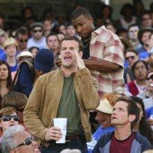 Jonny Lee Miller tra il pubblico di una partita di baseball nell'episodio Grace di Eli Stone