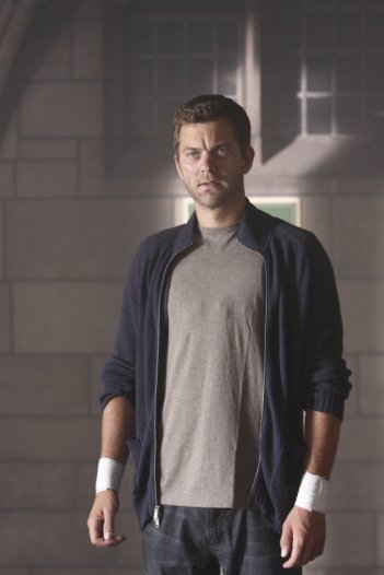 Joshua Jackson in una scena dell'episodio Power Hungry di Fringe