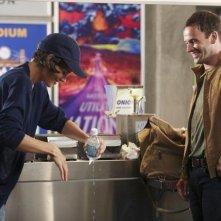 Katie Holmes e Jonny Lee Miller in un momento dell'episodio Grace della serie TV Eli Stone