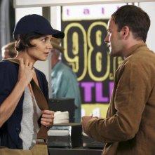 Katie Holmes e Jonny Lee Miller in un momento dell'episodio Grace di Eli Stone