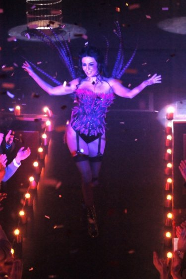 La sexy Sabrina Ferilli nei panni della spogliarellista Nina Monamour in una sequenza della fiction Anna e i cinque