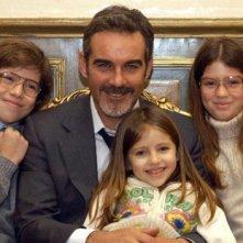 Pierre Cosso con i giovani protagonisti di Anna e i cinque in un'immagine promozionale della serie