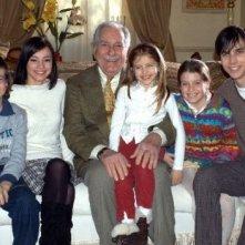 Riccardo Garrone e Matteo Urzia con i giovani protagonisti di Anna e i cinque in un'immagine promozionale della serie