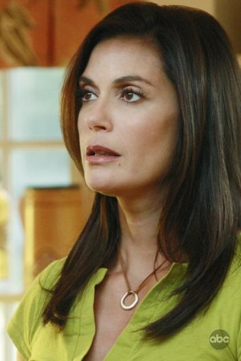 Teri Hatcher nell'episodio  'Kids Ain't Like Everybody Else' della serie Desperate Housewives