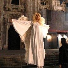 Una biondissima e 'angelica' Sabrina Ferilli in una scena di Anna e i cinque