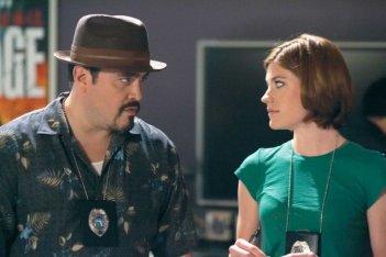 David Zayas e Jennifer Carpenter in una scena dell'episodio Our Father della serie Dexter