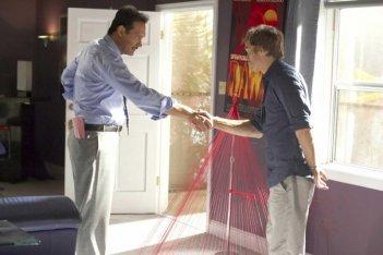 Jimmy Smits e Michael C. Hall in una scena dell'episodio Our Father della serie Dexter
