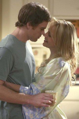 Michael C. Hall e Julie Benz in una scena dell'episodio Our Father della serie tv Dexter