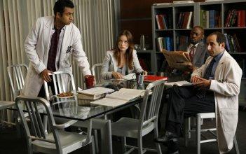 Olivia Wilde, Kal Penn, Peter Jacobson e Omar Epps nell'episodio 'Birthmarks' della serie Dr House: Medical Division