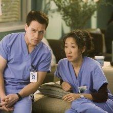 Sandra Oh e T.R. Knight in una scena dell'episodio 'Brave New World' della serie Grey's Anatomy