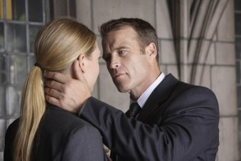 Anna Torv e Mark Valley  in una scena dell'episodio Power Hungry di Fringe