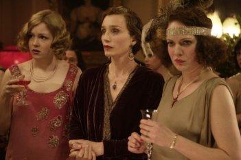 Kimberley Nixon e Kristin Scott Thomas in una scena del film Easy Virtue
