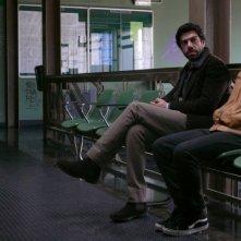 Pierfrancesco Favino e Michele Alhaique in un'immagine del film L'uomo che ama