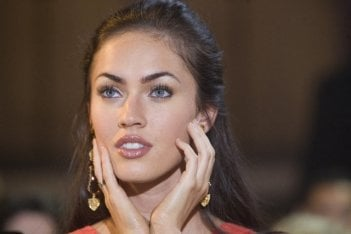 Un primo piano di Megan Fox, protagonista femminile del film How to Lose Friends and Alienate People